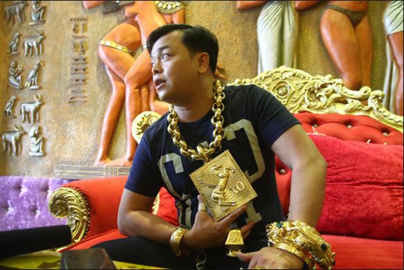 Pria Asal Vietnam Mengenakan Emas Seberat 13Kg Setiap Harinya